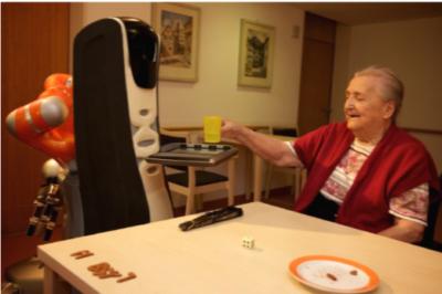 anciana con robot asistente