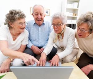 ancianos mirando un ordenador