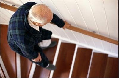 anciano bajando escaleras con dificultad