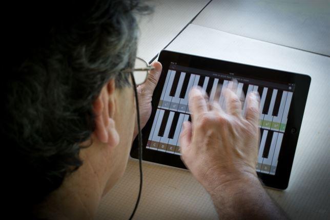Muchas aplicaciones estimulan la creatividad del mayor. / GT