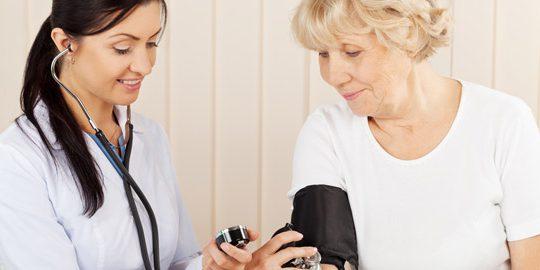 enfermera comprueba la presión sanguinea