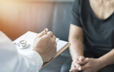 Un médico evalúa si una mujer padece Alzheimer